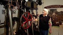 Rainer Doetsch, Direktor des Rhein-Museums Koblenz, erklärt eine Schiffsdampfmaschine.