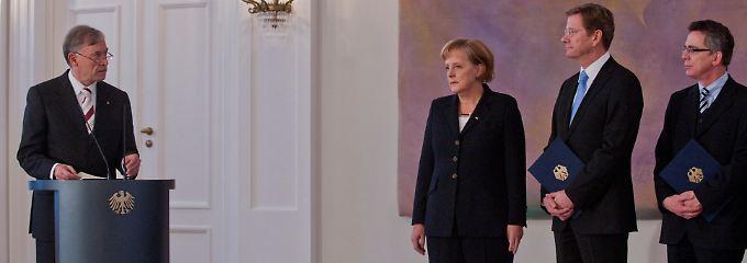 """""""Es geht auch um mehr als um Wachstum, wie wir es bisher gewohnt waren."""": Köhler bei der Ernennung der neuen Bundesregierung mit Kanzlerin Merkel, Außenminister Westerwelle und Innenminister de Maizière.."""