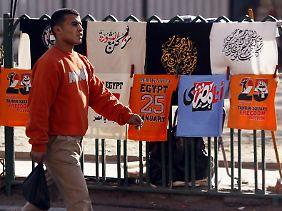 Am Tahrir-Platz in Kairo gibt es jetzt T-Shirts zu kaufen, die an den ersten Tag des Aufstands im Januar 2011 erinnern. Doch wo sind die Revolutionäre der ersten Stunde? Das Sagen haben jetzt am Nil Militärs, die von Islamisten herausgefordert werden.