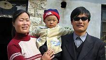 Chen Guangcheng mit seiner Familie. Der Bürgerrechtler wartet auf seine Ausreisegenehmigung.