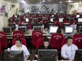 Rund 300 Millionen Chinesen sind regelmäßig online. (Archivbild)