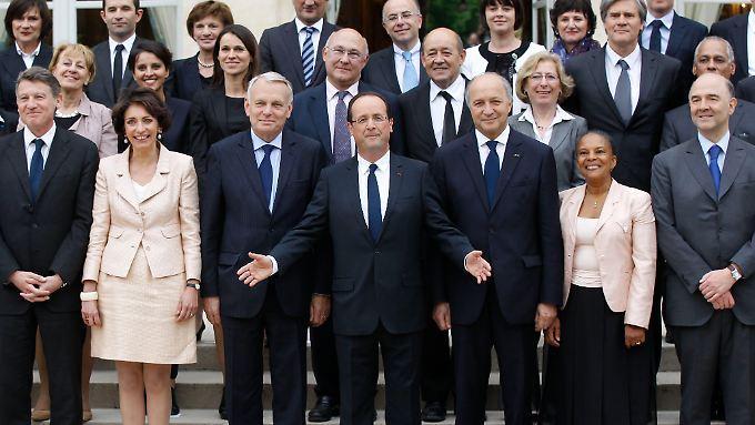 Hollande (m.) stellt seine neue 34-köpfige Regierung vor.
