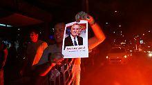 Ein Anhänger von Tomislav Nikolic feiert den Wahlsieg.