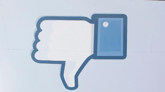 Der Chef der Nasdaq-Technologiebörse hat sich für Technik-Pannen entschuldigt, die zum Börsenflop des größten Onlinenetzwerks Facebook beigetragen haben.