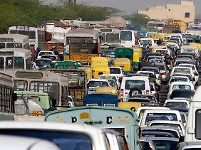 Täglicher Verkehrsinfakrt in Delhi: Subjektiv gesehen hat der Subkontinent schon heute zu viele Auitos.