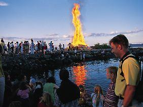 Meterhohe Flammen am Oslofjord: Mittsommernacht wird auch in der norwegischen Hauptstadt immer noch mit alten Traditionen gefeiert