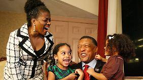 Da half auch der Wahlkampfeinsatz der ganzen Familie nichts: Verlierer Gene Locke mit Ehefrau Aubrey und den Töchtern Zoela Gullo und Clara (r).