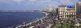 Entlang einer weiten Bucht am Mittelmeer entfaltet sich das Panorama von Alexandria.