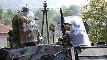 Deutsche KFOR-Soldaten im Gefecht mit Serben.
