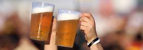 Fußball ohne Bier? Für viele Fans undenkbar.