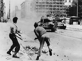 Dieses Bild wurde legendär. Tatsächlich stellten sich Demonstranten wohl nur selten gegen sowjetische Panzer - zu groß war die Übermacht.