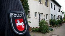 Ein Polizist sperrt einen Weg in Ilsede ab.