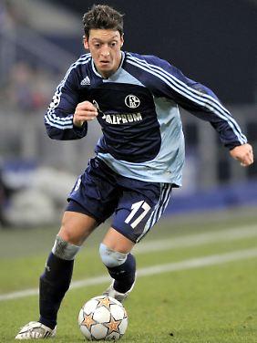 Auch ein Schalker Junge, auch ein Schützling Von Norbert Elgert: Mesut Özil.
