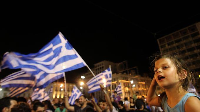 Griechenland feiert das Erreichen des Viertelfinals bei der Fußball-Europameisterschaft - bei der Parlamentswahl geht es allerdings um mehr.