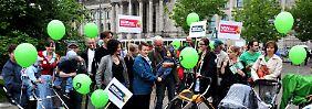 Die Grünen demonstrieren gegen das Betreuungsgeld - nach der verhinderten Bundestagsabstimmung haben sie dazu nun auch alle Zeit.