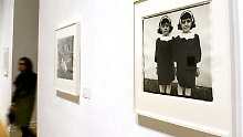 """Berühmt: Bild """"Eineiige Zwillinge"""" von Diane Arbus im Martin-Gropius-Bau."""