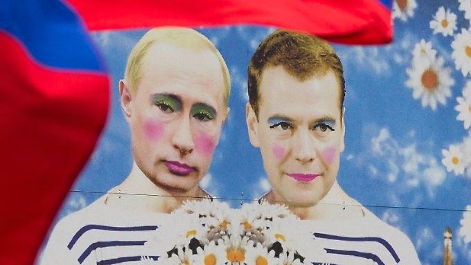 Lustiges Bild mit ernstem Hintergrund: Wladimir Putin und Dmitri Medwedjew als Hochzeitspaar.