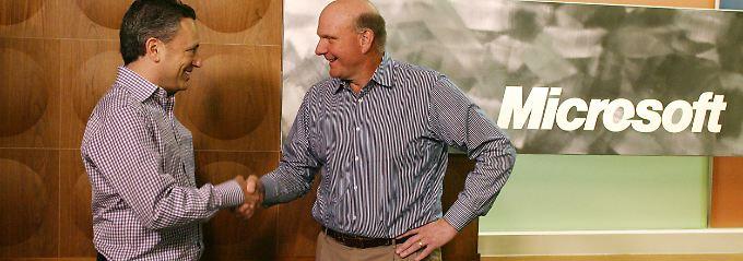 Handschlag auf einen Milliardendeal: Microsoft-Chef Steve Ballmer (r.) mit Yammer-CEO David Sacks.