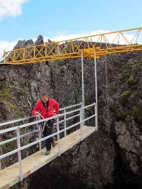 Der Steg, der zum Stahlkorb über dem Krater führt, ist nicht breiter als die Sprungbretter im Schwimmbad.