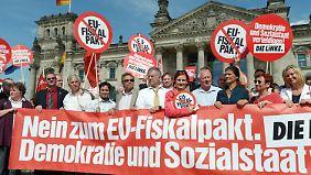 Die Linke steht an der Spitze der Demonstration gegen den Fiskalpakt vor dem Reichstag.