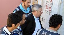Aziz Yildirim (2.v.r.) auf dem Weg ins Gericht.