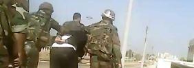 Syrische Soldaten nehmen einen Mann fest - oft folgt danach die Folter.