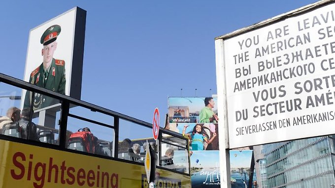 """Touristenmagnet Berlin - hier der """"Checkpoint Charlie"""": Die Hauptstadt könnte bei den Übernachtungen die 24-Millionen-Marke knacken."""