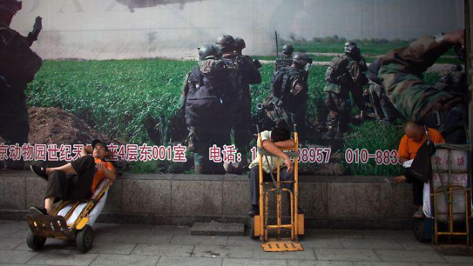 Arbeiter ruhen sich vor einer Markthalle in Peking aus. Auch der chinesischen Wirtschaft geht derzeit die Puste aus.