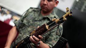 Die Waffe als Statussymbol: Eine Kalaschnikow mit vergoldeten Teilen und Holzschnitzereien.