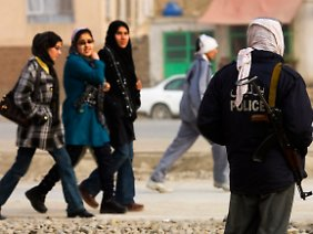 """""""Der Gewalt überdrüssig"""": Afghanische Frauen in Kabul."""