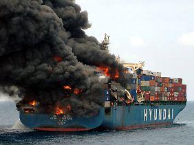 """Komplett verwüstetes Heck: Im Fall der """"Hyundai Fortune"""" konnte das Feuer erst nach Tagen gelöscht werden (Archivbild)."""