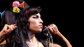 Lustiger Haarschmuck, ernster Blick: Amy Winehouse beim Glastonbury Festival in Somerset im Juni 2008.