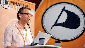 Lessmann, politischer Geschäftsführer im Landesverband Bayern der Piratenpartei, eröffnet die Konferenz der Piraten zum Thema Außen- und Sicherheitspolitik.
