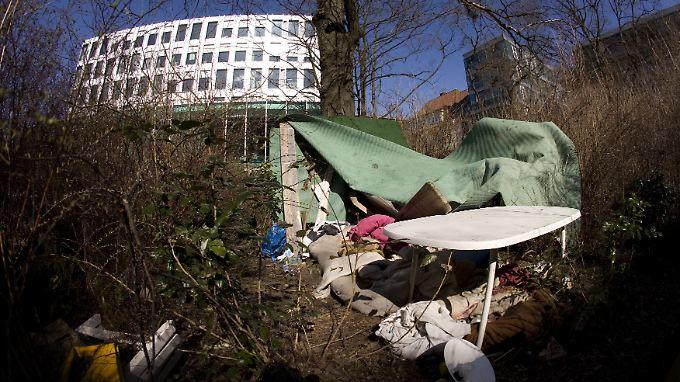 Die Behausung eines Obdachlosen mitten im Regierungsviertel in Berlin vor der Zentrale der Heinrich-Böll-Stiftung. Als obdachlos gilt in Deutschland jeder, der über keinen mietvertraglich abgesicherten Wohnraum verfügt.