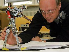 2007 haben Forscher der Universität Göttingen bereits einen Laufroboter vorgestellt. Dieser konnte selbstständig lernen, einen Berg hinauf zu gehen.