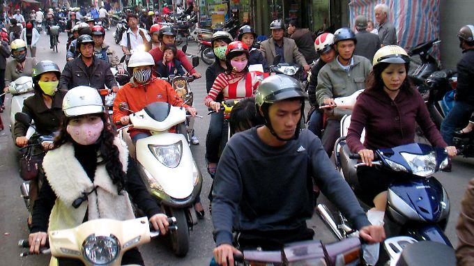 Wer sich seinen Weg durchs Moped- und Roller-Meer bahnen will, darf nicht zaudern.