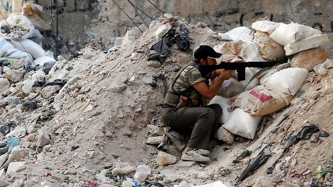 Ein Rebell verschanzt sich bei Kämpfen im Viertel Salaheddin in Aleppo.