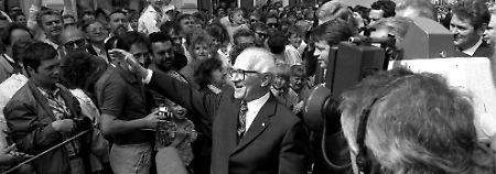 Erich Honecker, hier 1989 in Greifswald, hat keinen dieser Briefe je gelesen.