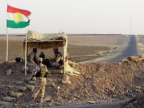 Ein Land droht zu zerfallen: Im Norden des Irak stehen sich kurdische Truppen der irakischen Nationalarmee an eilig errichteten Kontrollposten gegenüber.