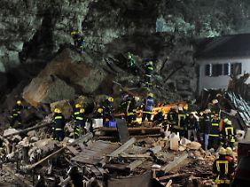 Rettungskräfte bei der Suche nach der verschütteten Familie.