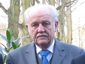 Dr. phil. Cornelius Sommer war als Professor für deutsche Literatur an der University of California tätig, danach 35 Jahre lang im deutschen diplomatischen Dienst, zuletzt als Beauftragter für Asienpolitik, als Generalkonsul in Kaliningrad (Königsberg) und zuvor als deutscher Botschafter in Finnland.