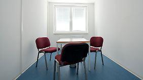 Die Zimmer sind mit neuen Möbeln, aber äußerst spartanisch eingerichtet.