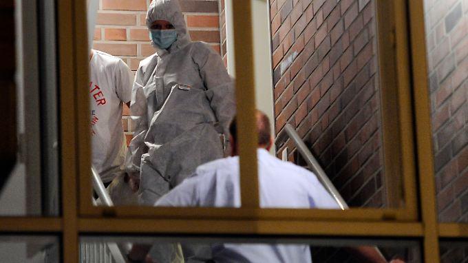 Kriminaltechniker in Neuss, wo ein Mann seine Frau und die zwei gemeinsamen Söhne tötete.
