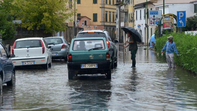 Die Regenmassen überschwämmen die Straßen.