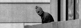 Ein Bild, das in die Geschichte einging: Der Frankfurter Fotograf Kurt Strumpf fotografierte am 5. September 1972 ein Mitglied der arabischen Kommandogruppe, die Mitglieder des israelischen olympischen Teams in ihrer Unterkunft im olympischen Dorf in München als Geisel genommen hat.