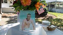 Ein Schnappschuss des jungen Neil Armstrong ziert den Tisch während der Gedenkfeier in Ohio.