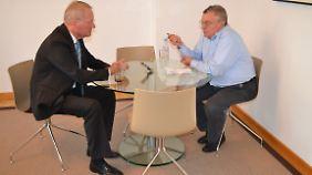Hans-Olaf Henkel (l.) im Gespräch mit Manfred Bleskin.
