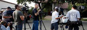 Medienvertreter vor Nakoulas Haus in der Stadt Cerritos im Los Angeles County.