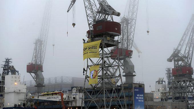 In Helsinki besetzte Greenpeace zwei finnische Eisbrecher, die bei den Ölbohrungen in der Arktis zum Einsatz kommen sollen.