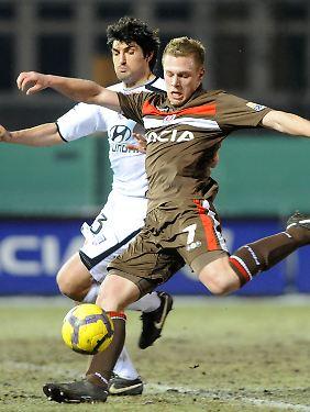 St. Paulis Rouwen Hennings (r) und Frankfurts Alexander Klitzpera kämpfen um den Ball.